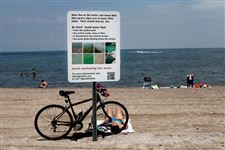 A-sign-alerts-swimmers-to-the-danger-of-algae-this-summer