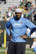 Lions-receiver-Calvin-Johnson-watches-the-Detr