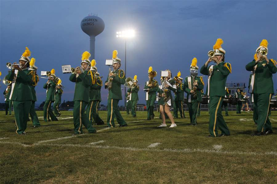 Evergreen-High-School-band-cheerleader