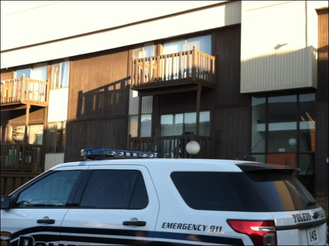 West Toledo apartment complex shooting Toledo police on the scene of a shooting at 1912 W. Alexis Rd.