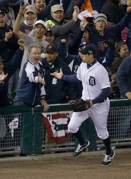 Detroit-Tigers-Don-Kelly-tosses-a-baseball-to