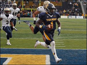 Toledo's Bernard Reedy scores the winning touchdown against Navy. Chasing him from left are Lonnie Richardson,, 3, Chris Johnson and Wave Ryder.