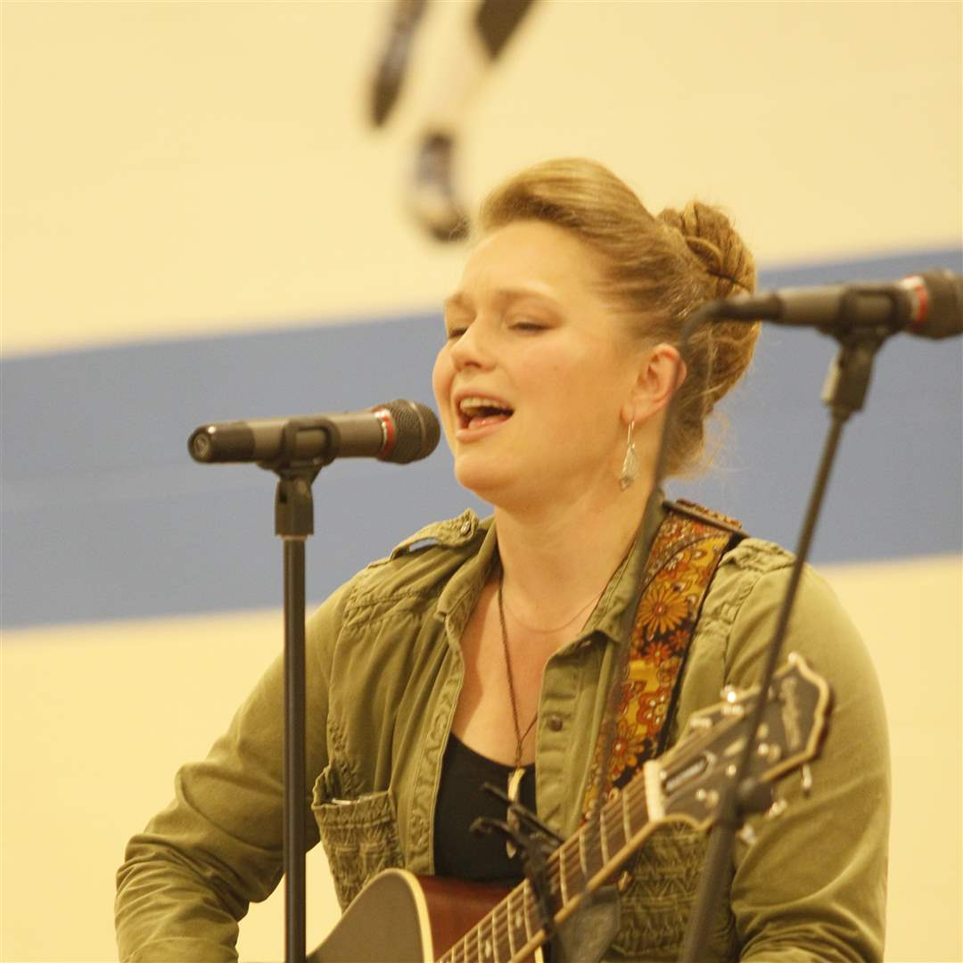 Crystal-Bowersox-performing-10-20