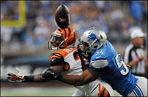 Lions outside linebacker DeAndre Levy breaks up a pass intended for Cincinnati Bengals running back BenJarvus Green-Ellis in the second quarter.
