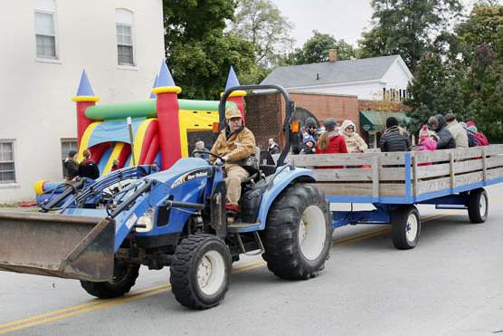 Patrick-Slee-of-Perrysburg-driving-the-haywagon