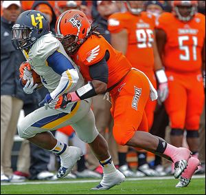 Bowling Green's D.J. Lynch tackles Toledo's Kareem Hunt during the second quarter.