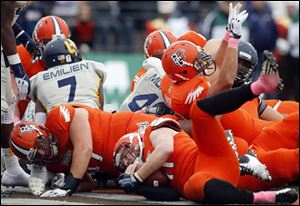 Bowling Green QB Matt Johnson scores a touchdown against Toledo during the second quarter.