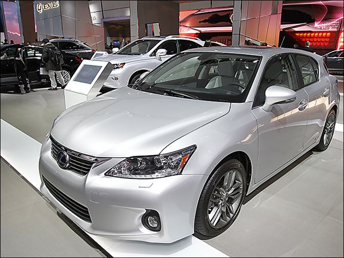 0001010100000300000 The Lexus 200CT hybrid is shown at the 2013 Auto Show in Detroit. Finicky in-car electronics continue to dog U.S. automakers.
