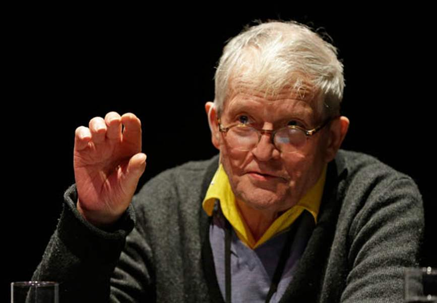David-Hockney-gestures-while-explaining-ho