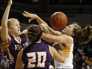 Toledo's Ana Capotosto, center, attempts to put up a shot over Ashland's Suzy Wollenhaupt, left, and Emma Hostetler.