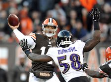 Browns-quarterback-Jason-Campbell-fires-a-touch