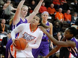 BGSU's Erica Donovan is surrounded by Niagara defenders as she looks at the hoop.