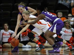 BGSU's Miriam Justinger is sandwiched by Niagara's Sam Lapszynski, left, and Sylvia Maxwell as she reaches for the ball.