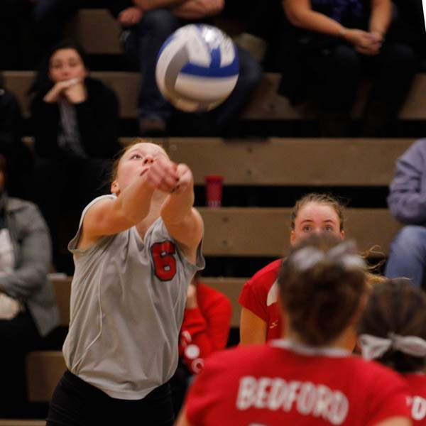 Bedford-s-Maddie-Andres-returns-the-ball