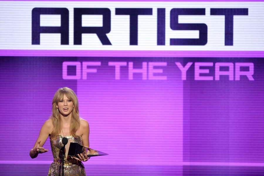 AMAS-TAYLOR-SWIFT-ARTIST-OF-YEAR