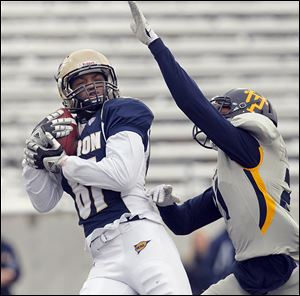 Akron's Tyrell Goodman hauls in a fourth-quarter touchdown pass against Toledo's Jordan Martin. The Rockets fell to 7-5.