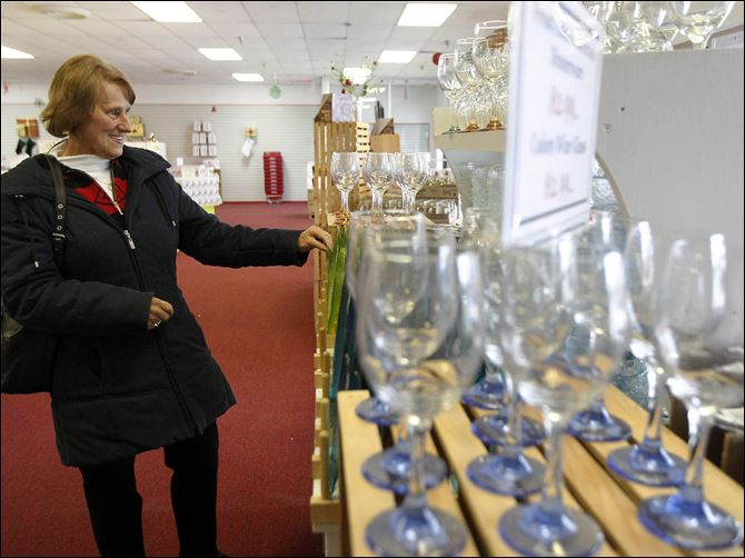 01b1libbey-1 Ruth Frazier of Toledo looks at glassware at Libbey Glass' seasonal store in the Starlite Plaza in Sylvania. Libbey decided to open the site to capitalize on the number of shoppers in the western suburbs. The Monroe Street location will be open through Dec. 29.