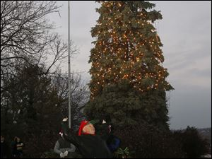 Perrysburg Mayor Nelson Evans counts down for the lighting of the tree.