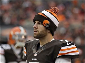 Cleveland Browns quarterback Alex Tanney watches from the bench.