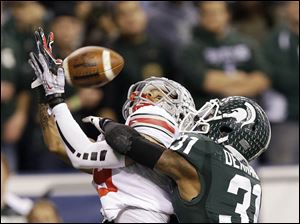 Michigan State's Darqueze Dennard (31) breaks up a pass intended by Ohio State's Devin Smith during the second half.