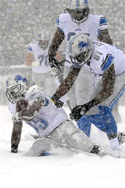 Detroit-Lions-Joique-Bell-left-gets-up-with-t