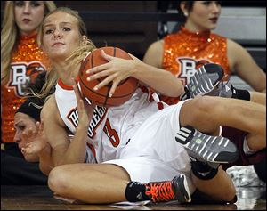 Bowling Green's Deborah Hoekstra beats Massachusetts' Emily Mital to a loose ball. Hoekstra scored 19 points off the bench.