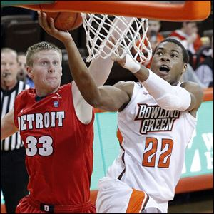 BGSU's Richaun Holmes goes up to make the basket despite the defense from detroit's Evan Bruinsma.