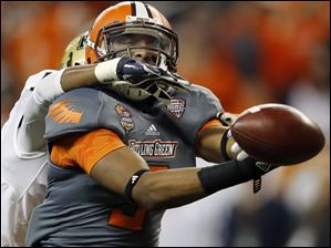 Bowling Green State University WR Shaun Joplin (9) tries to make a catch against Pitt DB Titus Howard.
