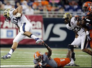 Pitt RB James Conner (40) eludes Bowling Green State University LB  D.J. Lynch (7).