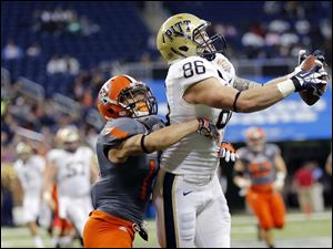Pitt TE J.P. Holtz (86) makes a catch against Bowling Green State University DB Ryland Ward (15).