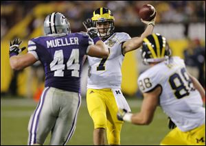 Michigan quarterback Shane Morris (7) throws to teammate Jake Butt (88) as Kansas State defensive end Ryan Mueller (44) defends during the first half.