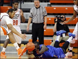 Bowling Green forward Cameron Black (35) chases a loose ball against IPFW forward Steve Forbes (54).