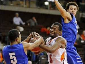 Bowling Green forward  Spencer Parker (3) battles IPFW guard Mo Evans (5) for the ball.