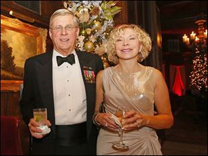 Bruce and Betty Foster enjoy cocktail hour during the Toledo Club New Year's Eve Gala.