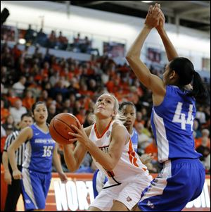 Bowling Green State University guard Deborah Hoekstra (3) shoots against Buffalo center Christa Baccas (44).