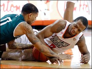 BGSU's Spencer Parker(3) battles against  Eastern Michigan guard Raven Lee (0) for a loose ball.