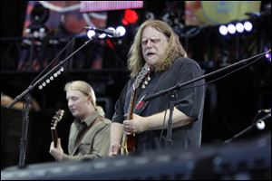 Warren Haynes, right, and Derek Trucks are leaving the Allman Brothers Band at the end of the year to spend more time with their families, according to a statement.
