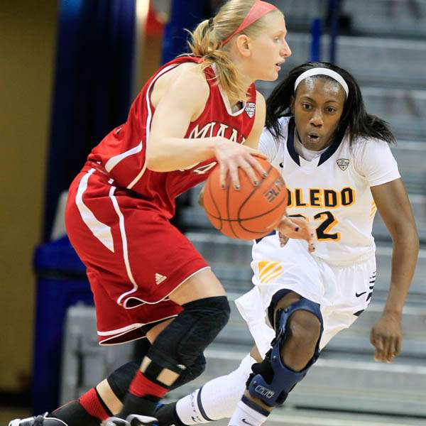 UT-s-Andola-Dortch-keeps-her-eyes-on-the-ball-dribble