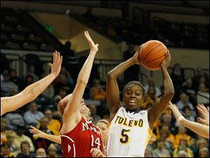 UT's Janelle Reed-Lewis looks to pass.