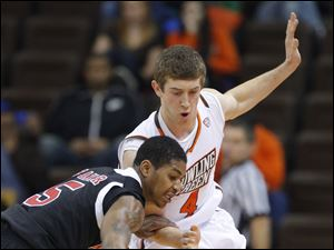 Bowling Green's Zach Denny defends Northern Illinois' Travon Baker.