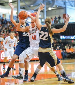 Bowling Green's Jill Stein drives between Akron's Rachel Tecca, left, and Hannah Plybon during the first half on Sunday.