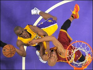 Los Angeles Lakers guard Jodie Meeks, left, puts up a shot as Cleveland Cavaliers guard Jarrett Jack defends.