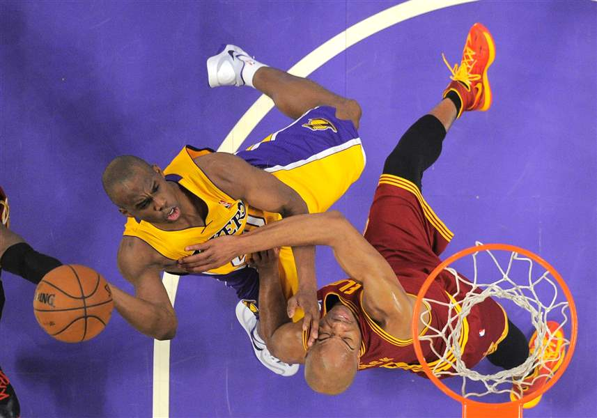 Los-Angeles-Lakers-guard-Jodie-Meeks-left-puts-up-a-shot-as