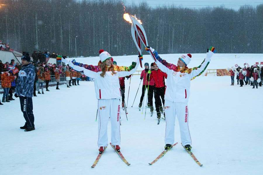 Russia-Sochi-Torch-Relay-shalaeva-and-gontar-in-sarask-jan-9
