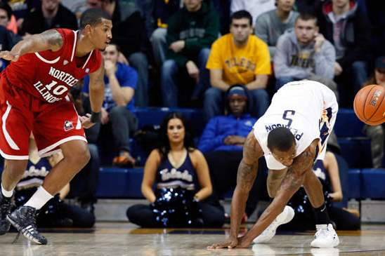 University-of-Toledo-guard-Rian-Pearson-5-steals-the-b
