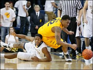 The Rockets' Jonathan Williams and KSU's Darren Goodson chase a loose ball.
