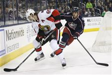 Columbus-Blue-Jackets-Nathan-Horton-8-right-closes-in-on