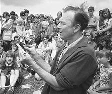 Pete-Seeger-conducted-an-instrument-making-session-at-th