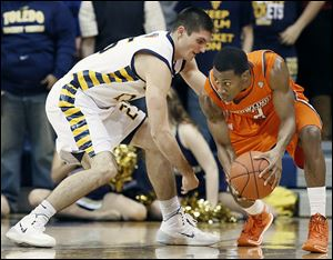 Toledo's Jordan Lauf, left, defends against  Bowling Green's Anthony Henderson, who finished with 23 points.