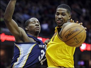 The Grizzlies' Ed Davis, left, fouls Cavaliers forward Tristan Thompson in the second quarter Sunday night in Cleveland.